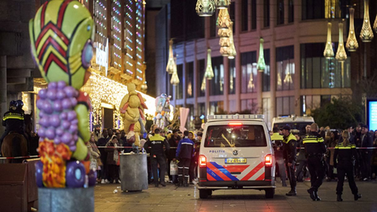 Dutch police block a shopping street after a stabbing incident in the center of The Hague, Netherlands, on Friday, Nov. 29, 2019. (AP Photo/Phil Nijhuis)